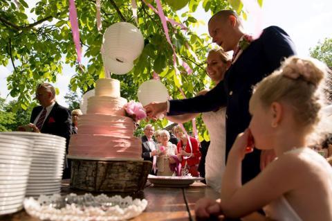 Bruidstaart, vintage cakeworksstudio, witte chocoladecreme, wedding cake , fading colors.